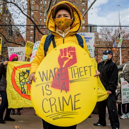 Trabajadores de lavandería se manifiestan en Nueva York, alegando abusos de la ley laboral.